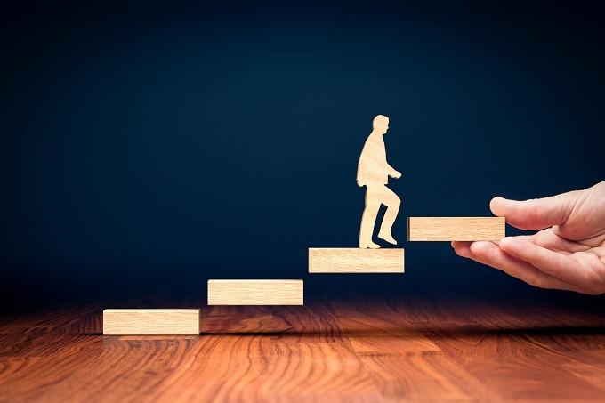 psychoterapia a coaching, schody, rozwój, człowiek, droga rozwoju