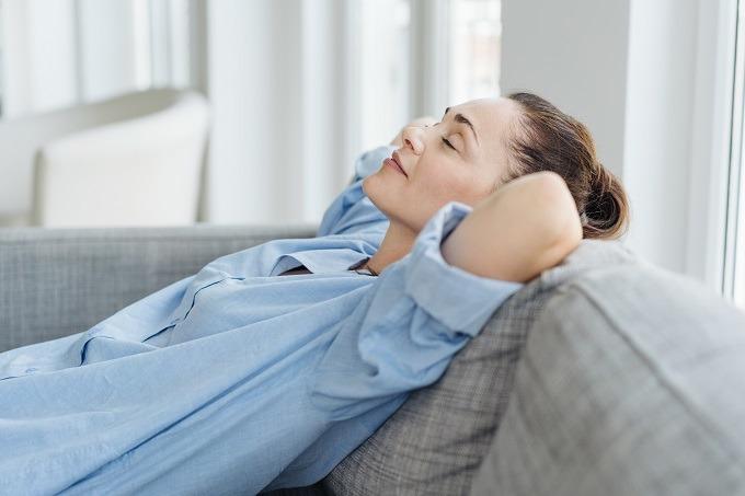 kobieta, odpoczynek, relaks, kobieta leży, zamknięte oczy