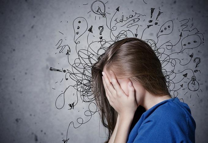 kobieta, zakryte oczy, dłonie na twarzy, niebieska koszula, stres, chaos myśli